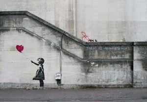 Crédit : Banksy, photo de Dominic Robinson, modifiée par Éric Sévigny, https://www.flickr.com/photos/dropstuff/2840632113/
