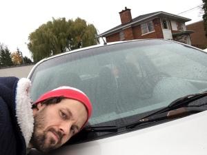 Le propriétaire déconfit et sa voiture